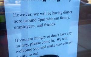 CERRADO POR THANKSGIVING: Anuncio en una pizzería por acción de gracias.