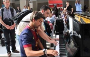 Dos extraños improvisando sobre un piano en la estación de trenes de Paris
